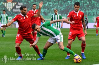 Sanabria entre rivales (Betis-Sevilla 16/17)