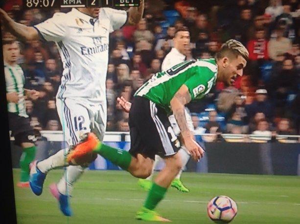 Marcelo no ve la segunda cartulina amarilla por esta falta por detrás a Dani Ceballos. Imagen: @Pepelias17