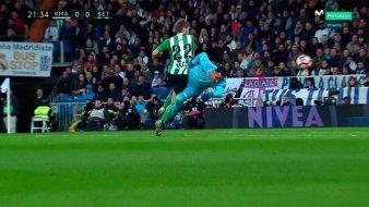 Keylor Navas arrolla a Darko Brasanac; Mateu Lahoz no se atreve a expulsarlo. Imagen: @casadelfutbol