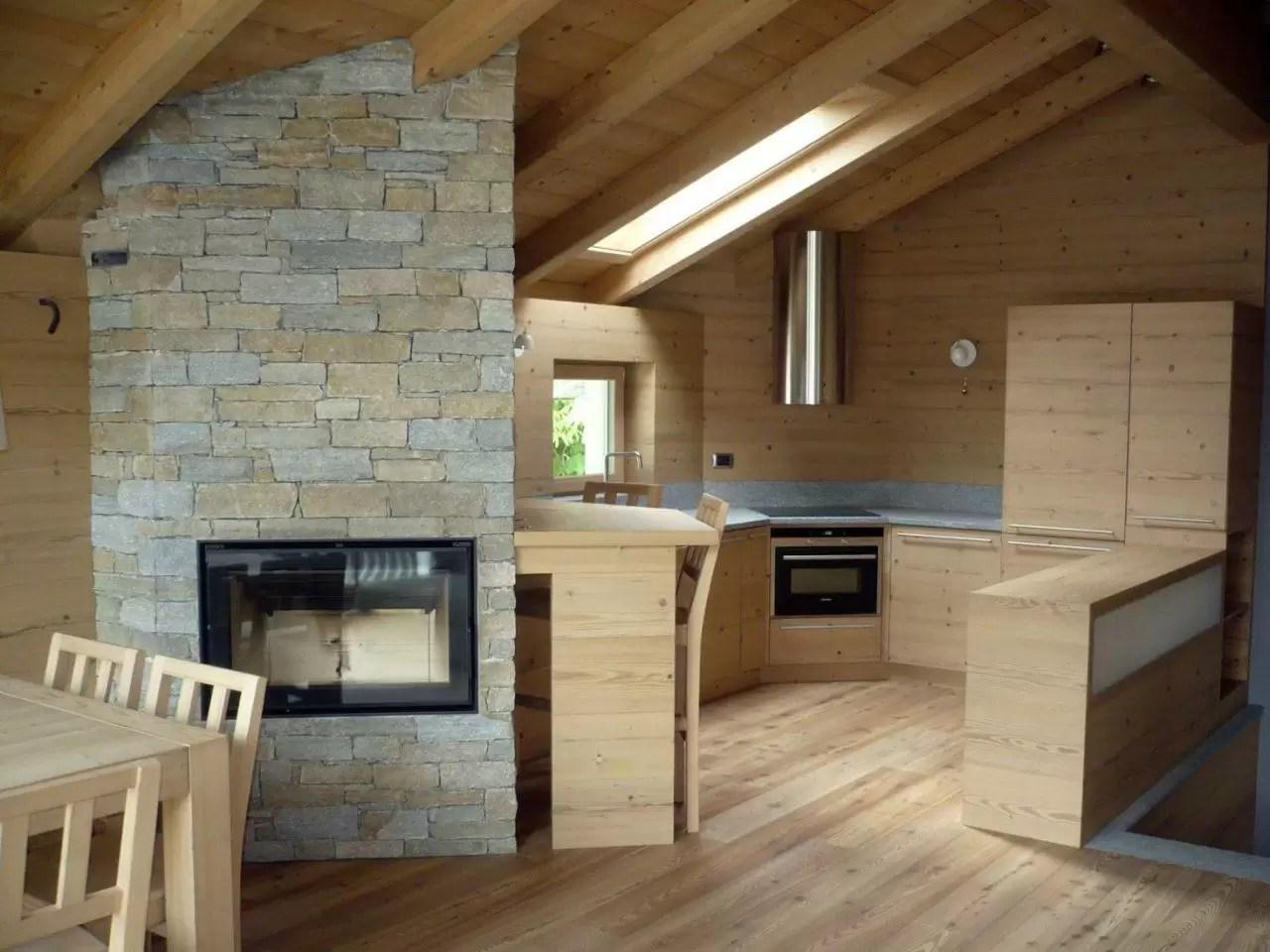 Un loft in legno nel sottotetto  Mansardait