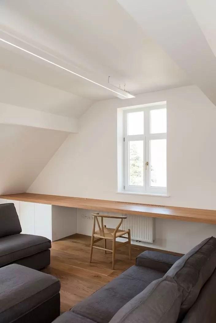Un attico bianco e legno  Mansardait