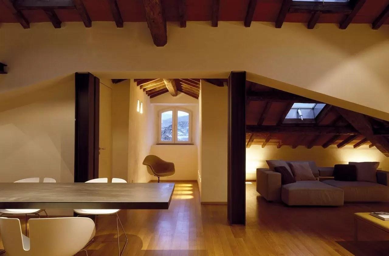 Un attico elegante con il soffitto in legno  Mansardait