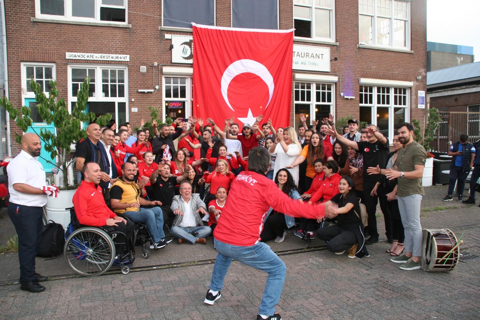 Hollanda Kleurrijke Dans Grubu'ndan örnek davranış