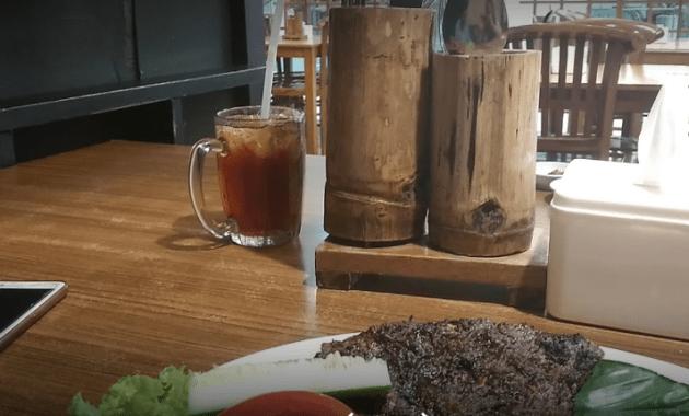 Uraian terhubung dengan rumah makan yang memakai konsep lesehan bagi para pengunjung