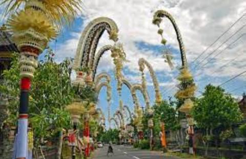 Ulasan yang memiliki kaitan dengan kebiasaan orang Bali