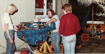 Tor; rune og Sverre ser på inboard motor Ford marinisert