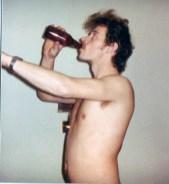Øyvind drikker øl