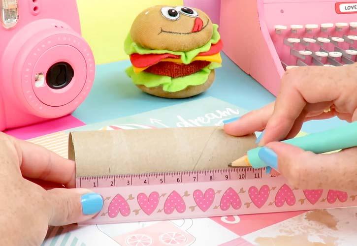 trabajo manual con rollos de papel higienico