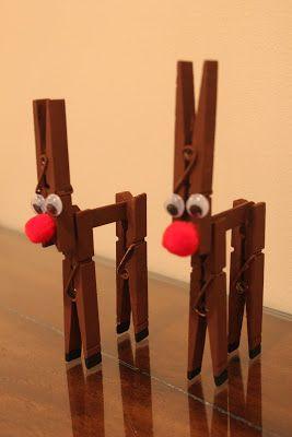 crea adornos navideños con pinzas de la ropa.