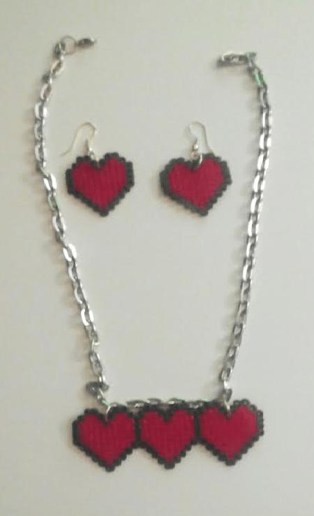 Conjunto de colgante y pendientes de corazn con hama