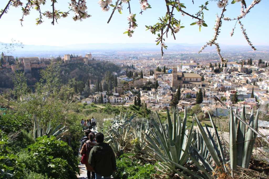 Ruta por el Sacromonte con la Alhambra al fondo con el guía privado Manu Barba ©Manu Barba