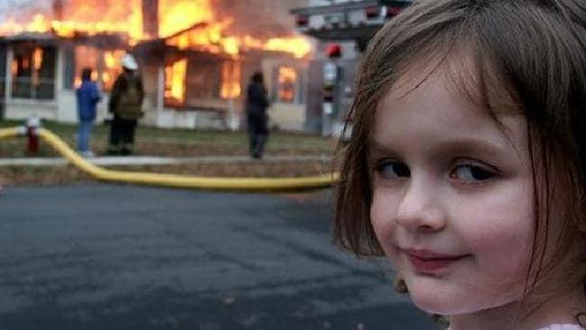 Meme niña con fuego