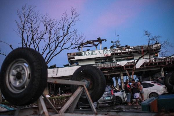 Estado de la puerta principal del aeropuerto Daniel Z. Romualdez de Tacloban, tras el paso del tifón Yolanda, en noviembre de 2013.