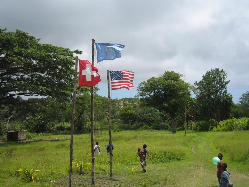 Banderas izadas en Tanna en memoria de John Frum