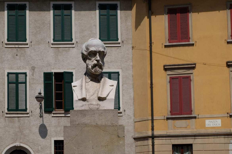 statue in Piazza del duco, como