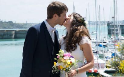 Damien et Anaïs en mariés devant le port de Granville.