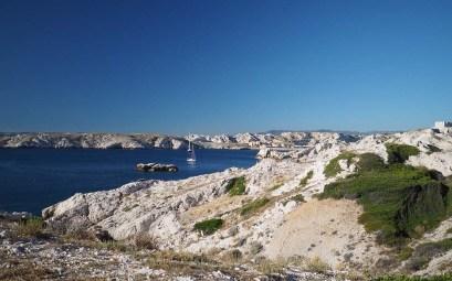 Mouillage tranquille sur les îles du Frioul, avec la vue du port en arrière plan.
