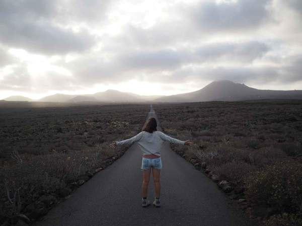 Anaïs face à la route vers le Mirador del Rio, sur Lanzarote.