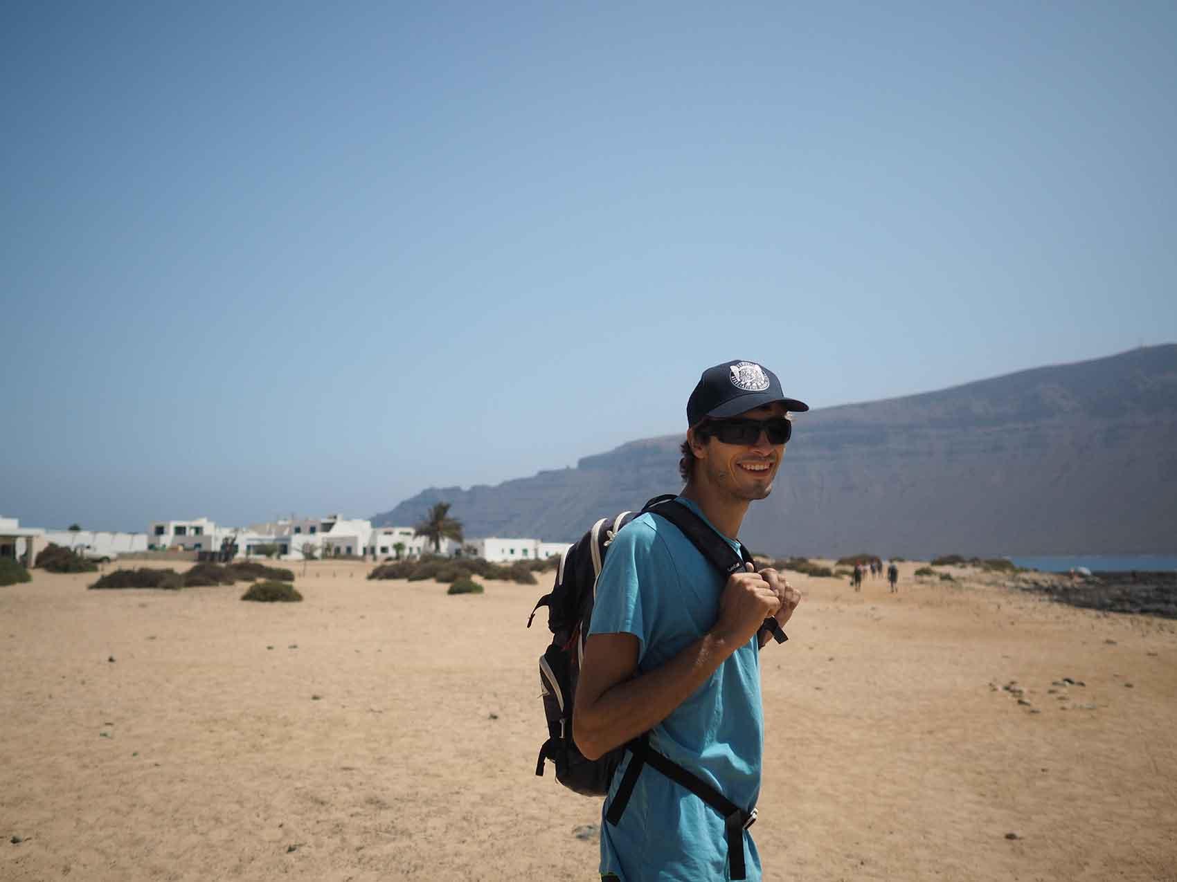 Damien sur l'île de La Graciosa, au nord des îles Canaries, devant le petit village Caleta del Sebo.