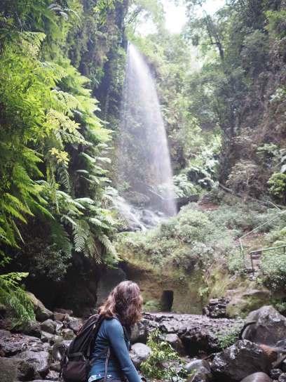 Anaïs au pied de la cascade de Los Tilos sur La Palma.