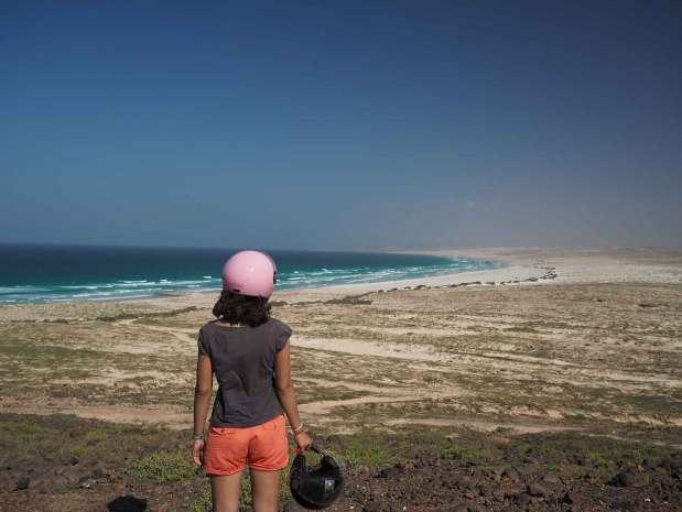 Anaïs devant la plage de Boa Esperança sur Boa Vista.