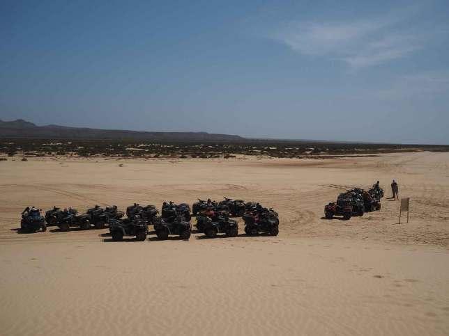 Quad loués par des touristes sur l'île de Boa Vista.