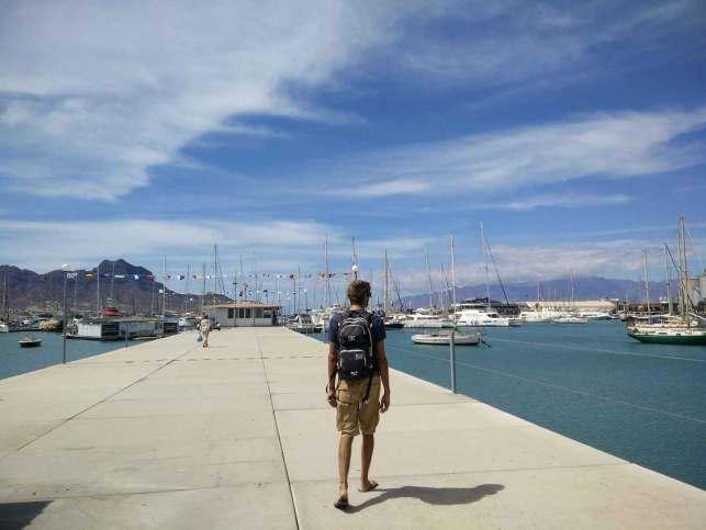 La marina de Mindelo sous un beau ciel bleu.