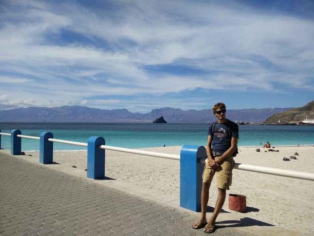 Damien devant la plage de Laginha, au nord de Mindelo.