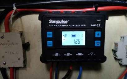 Affichage de la tension des batteries sur le contrôleur de charge solaire