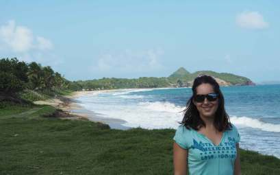 Anaïs devant la plage de Bathway au nord-ouest de l'île de Grenade.