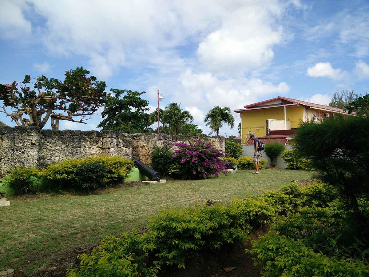Ruines d'un fort à l'extrémité de la pointe de Store Bay à Tobago.