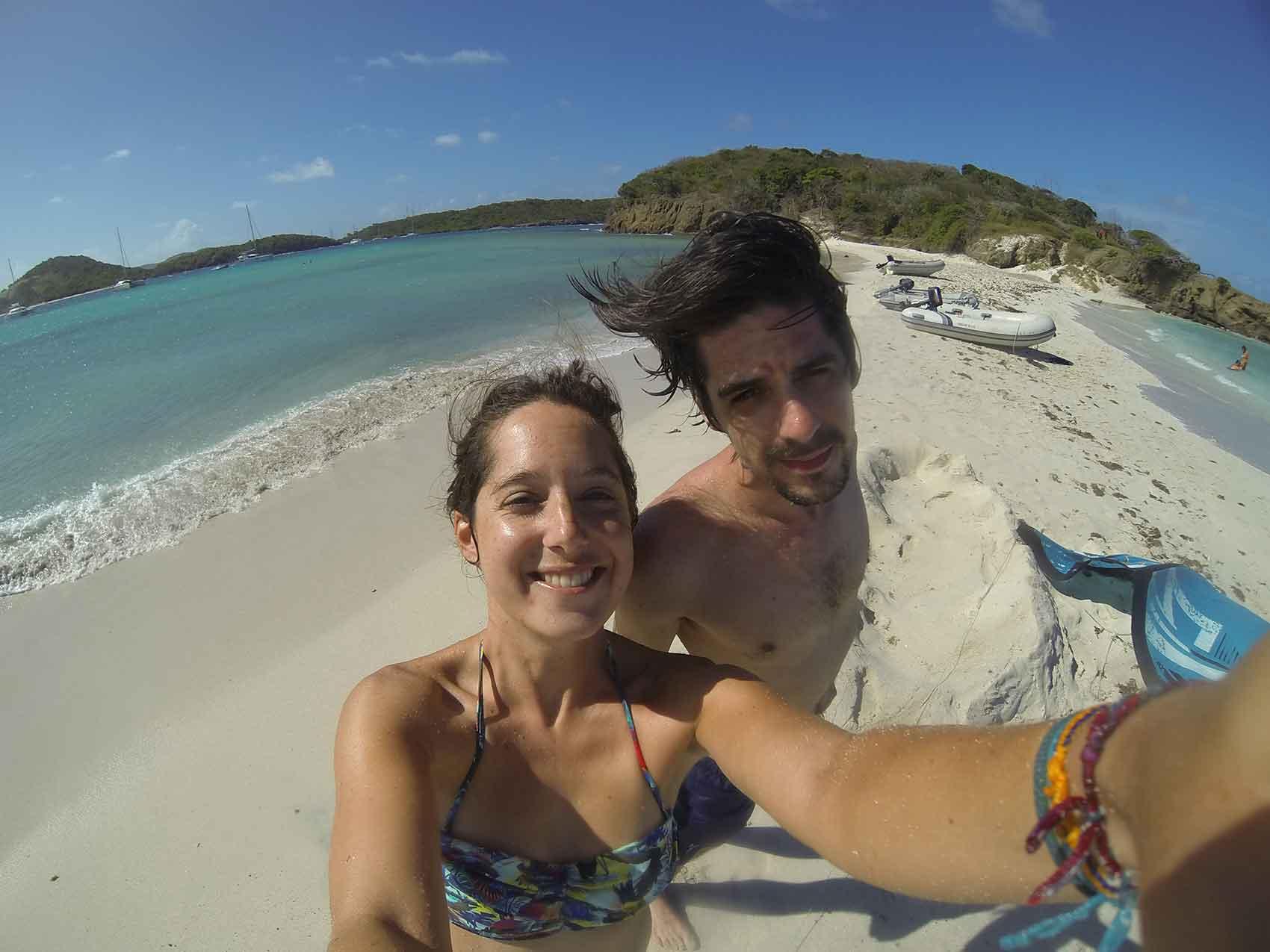 Grégoire et Anaïs sur la plage de Baradal aux Tobago Cays.