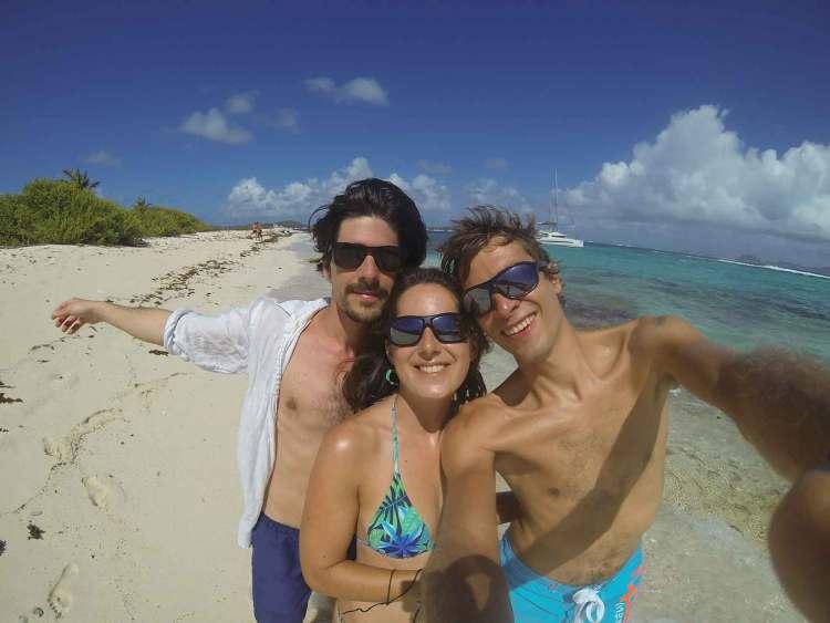 Nous trois débarqués sur l'île de Petit Tabac dans les Tobago Cays.