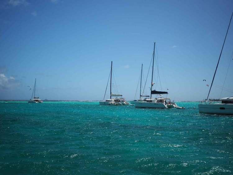 Catamarans au mouillage dans le lagon des Tobago Cays.