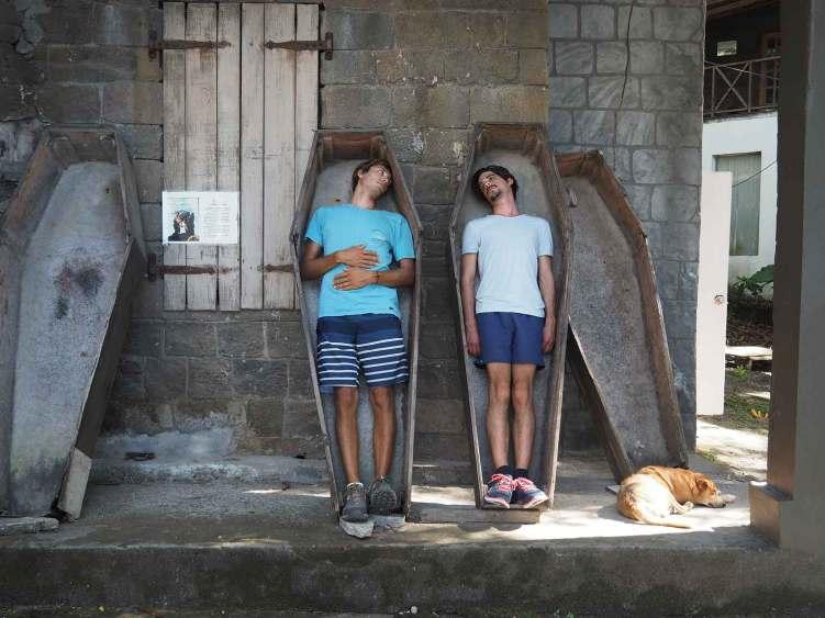 Dans les cercueils de Pirates des Caraïbes à Wallilabou Bay.