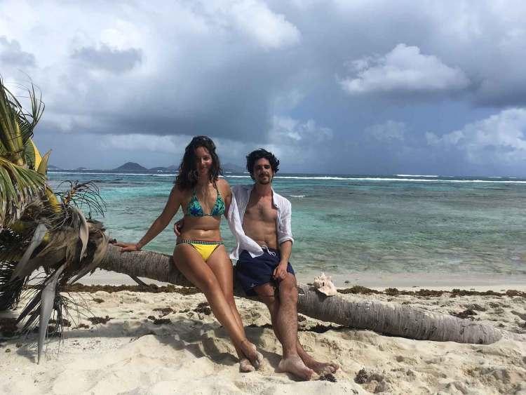 Pose pour Anaïs et Grégoire sur la plage de Petit Tabac.