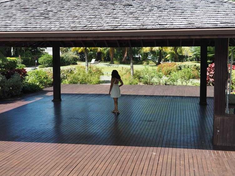 Anaïs errant dans les jardins de la marina de Marigot Bay.
