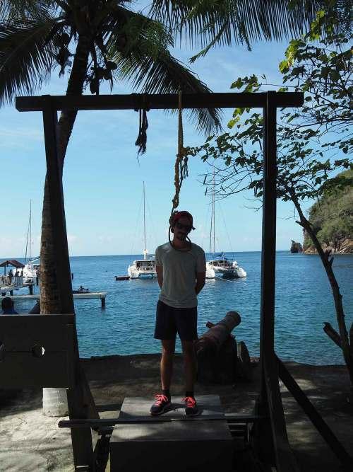Grégoire posant dans les ruines du tournage de Pirates des Caraïbes à Wallilabou Bay.