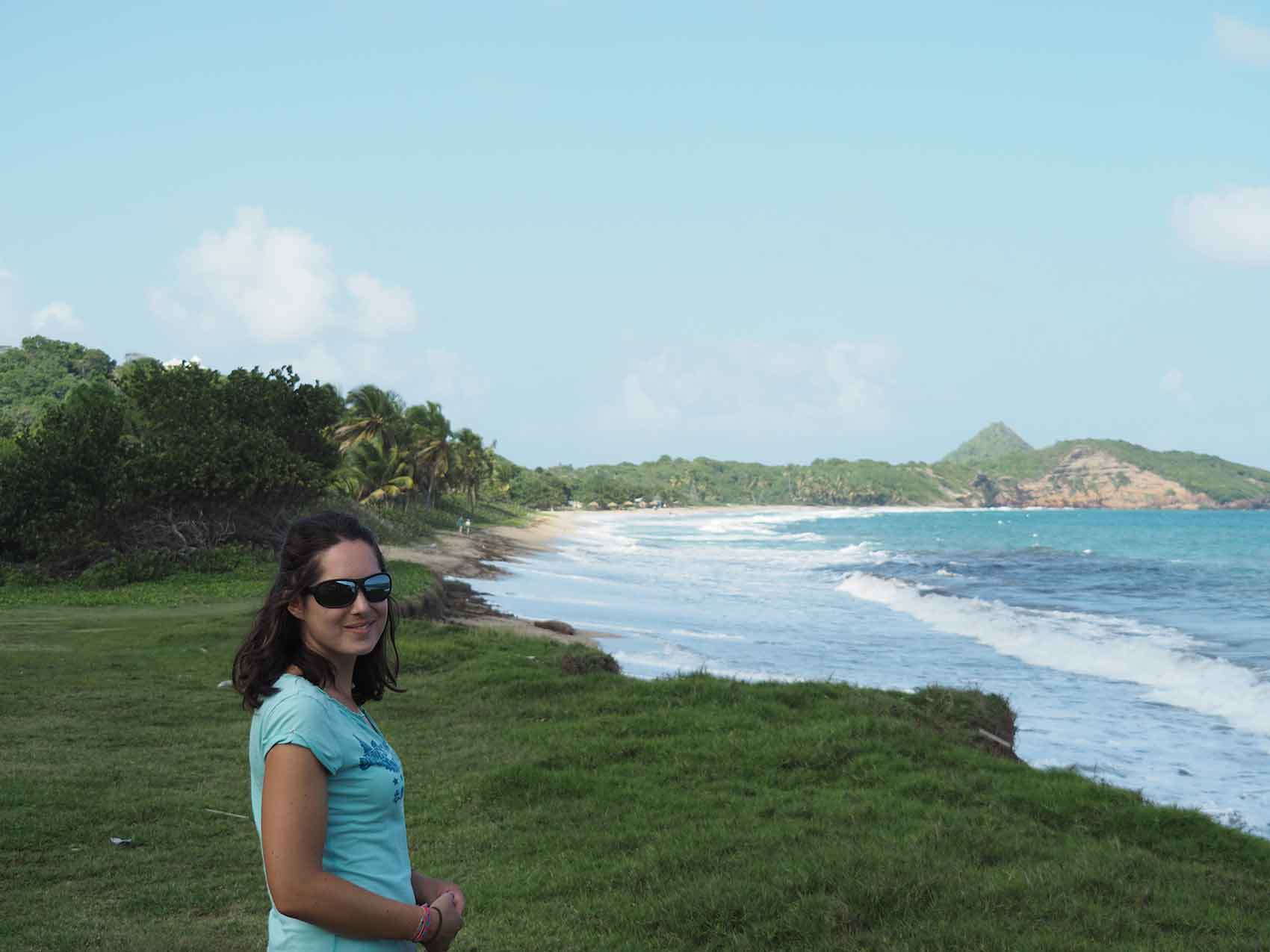 Anaïs sur une plage au nord de l'île de Grenade.