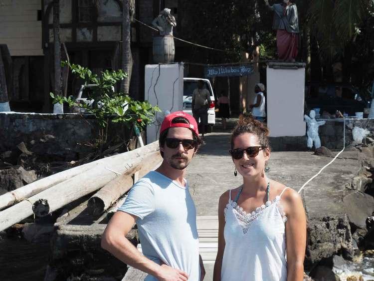 Devant le ponton du tournage de Pirates des Caraïbes à Wallilabou Bay.