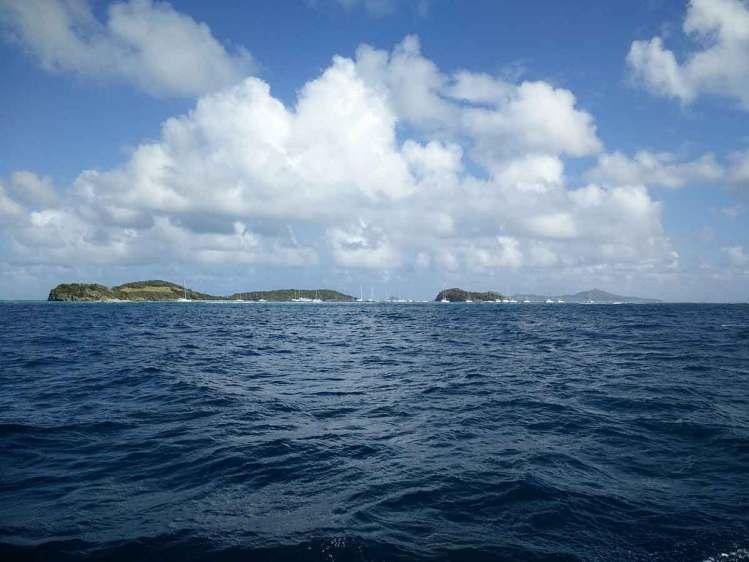 Les îles des Tobago Cays vues de loin.