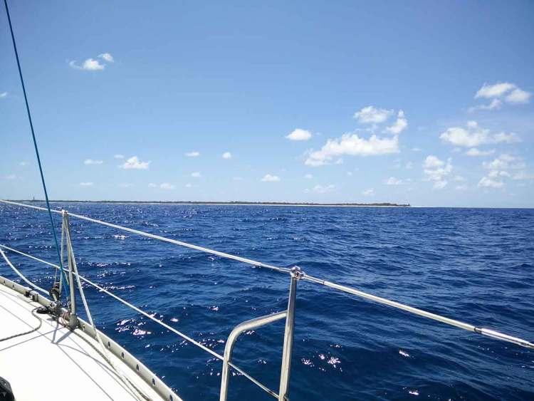 Arrivée en voilier près des îles de Petite Terre au large de la Guadeloupe.
