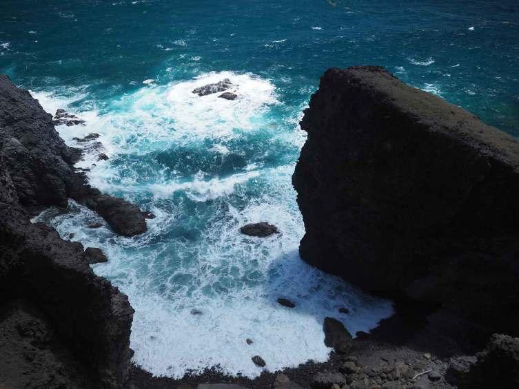 Vue depuis les falaises de la côte Atlantique des Saintes.