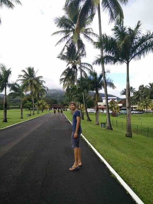 Damien à l'entrée du domaine de la distillerie de rhum Depaz, en Martinique.