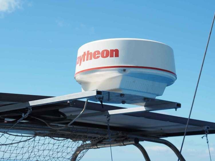 Radôme du radar installé sur sa plaque en aluminium à côté des panneaux solaires.