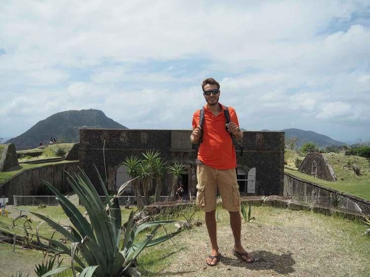 Damien devant le Fort Napoléon sur l'archipel des Saintes.