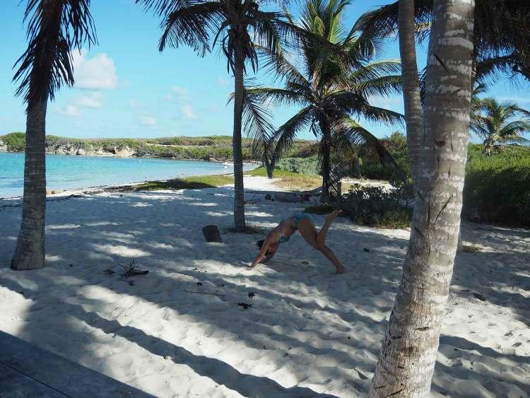 Session de yoga sur la plage de Petite Terre.