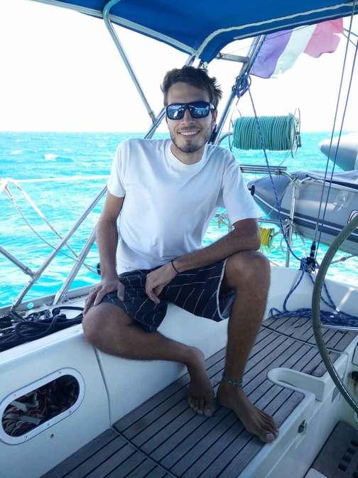 Damien heureux d'arriver à Antigua, après notre navigation depuis Deshaies.