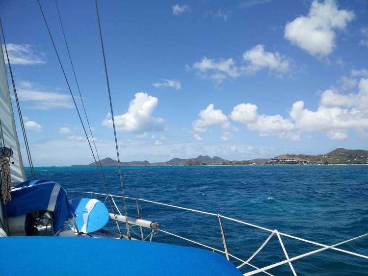 Navigation le long de la côte ouest de l'île d'Antigua.