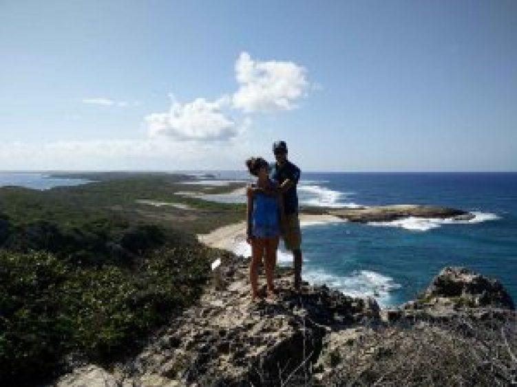 Damien et Anaïs au sommet de la Pointe des Châteaux en Guadeloupe.